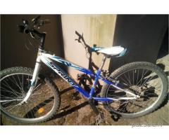 Atrasts zils velosipēds
